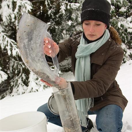 Futtersäule im Winter befüllen mit der CJ Wildlife Futterschaufel